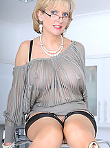 Busty XXX, Nylons mature in glasses spreading