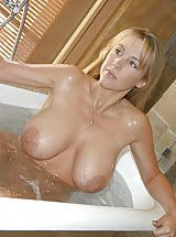 Houswife whith Super Huge Tits under the shower